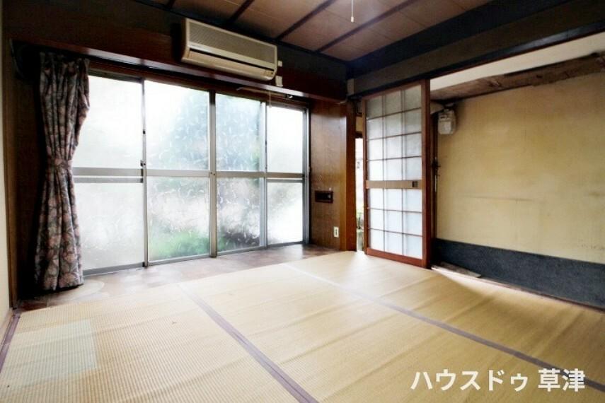 和室 南向きの窓から光が射し込む明るい約4.5帖の和室です。客室としてもご家族のお部屋としても利用できます。