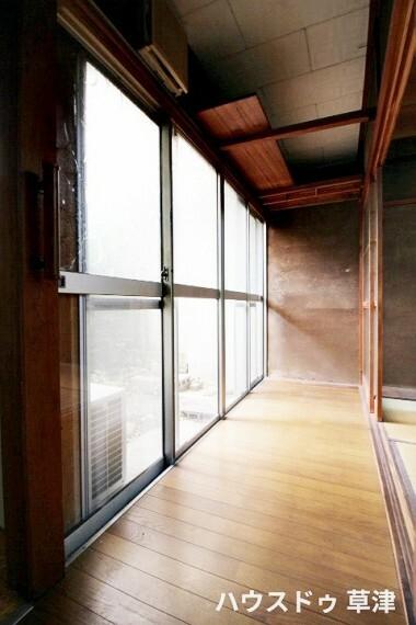 縁側には、部屋と部屋をつなぐ廊下のような役割もありますが、そのほかにも室内の温度をコントロールする効果もあります。