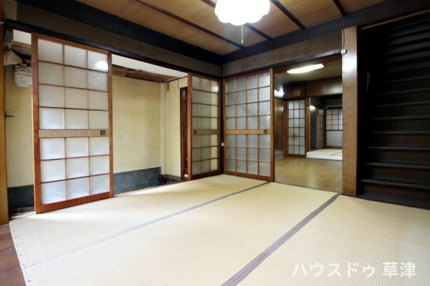 和室 玄関の横にある約4.5帖の和室。土間玄関から直接入ることができ、客間としても利用できそうですね。
