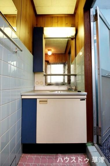 洗面化粧台 シンプルな洗面台のある洗面所。