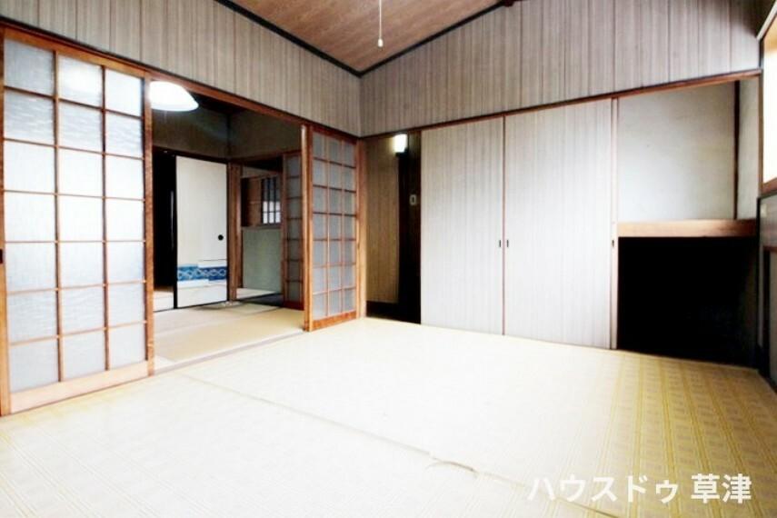 和室 南向きの窓から光が差し込む明るい洋室です。