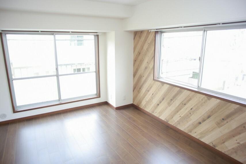 洋室 快適に過ごす条件は、一人ひとり違います。だからこそ飾り過ぎないシンプルな内装と偏り過ぎないデザインで統一しております。居住していく中でオーナー様だけのマイホームに創り上げて下さい