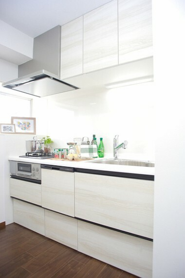 キッチン 使い勝手の良い、キッチン。忙しいママも広々とした空間でするお料理は気持ちの良いものになります。子供たちの笑い声が響く。そんな空間になりますように