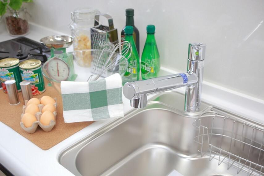キッチン シングルレバー水栓。操作が片手で出来ますので、キッチンで料理や洗い物をする際などは便利です。