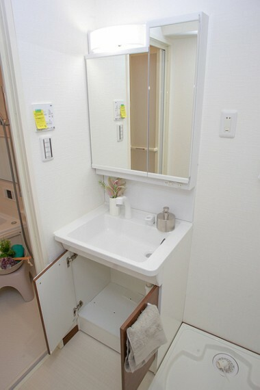 洗面化粧台 清潔感のあるプライベート空間は、身だしなみチェックや肌のお手入れに最適です。すっきりとした清潔感ある空間に。