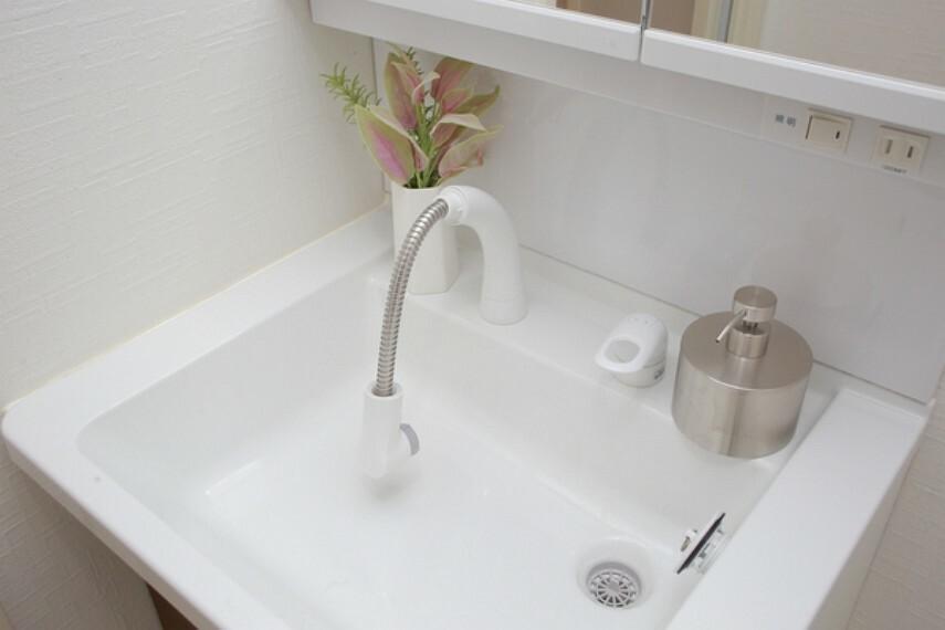 洗面化粧台 シャワーヘッドも伸びますので、いつも清潔に保てます。