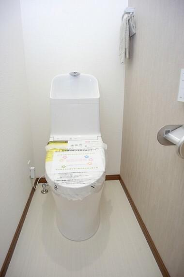 トイレ ウォシュレットは、清潔に使いたいお手洗いには最適の設備です。使い勝手にこだわって、清潔感溢れる空間に仕上げました。