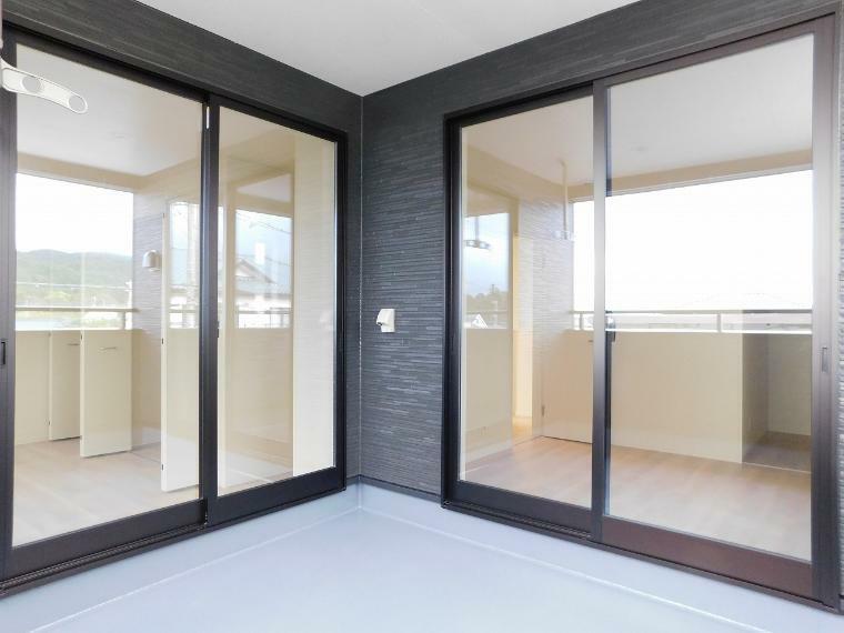 バルコニー 洋室と洋室から2WAYアクセスできるインナーバルコニー