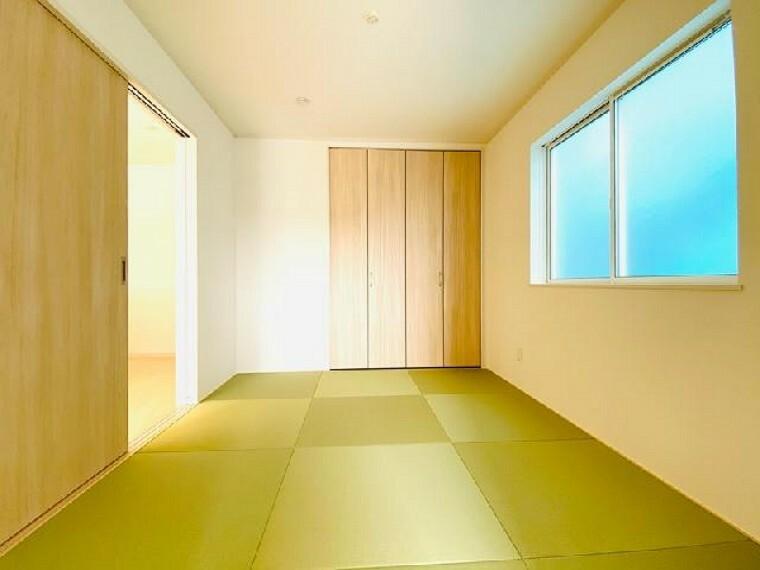 E号棟 和室~同仕様・同形状画像~・・・6帖からなる和室は、客間としても、お昼寝スペースとしても最適です!また、ふすまを開けるとリビングとの続き間となっております。22帖からなる大空間で、開放的に生活することも可能です!