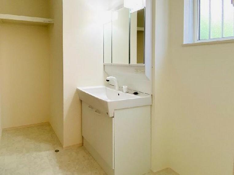 E号棟 洗面室~同仕様・同形状画像~・・・三面鏡のついた洗面台で、毎日の身支度もピシッと!鏡の裏はすべてが収納となっていますので、お化粧道具や歯ブラシなど、きれいにスッキリ収納できます。