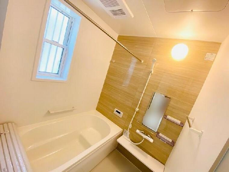 E号棟 浴室~同仕様・同形状画像~・・・ゆったり足を伸ばして入れる浴槽で毎日の疲れを癒してくれることはもちろん、暖房乾燥機もついているので、雨の日のお洗濯物はここでばっちり乾かせます!