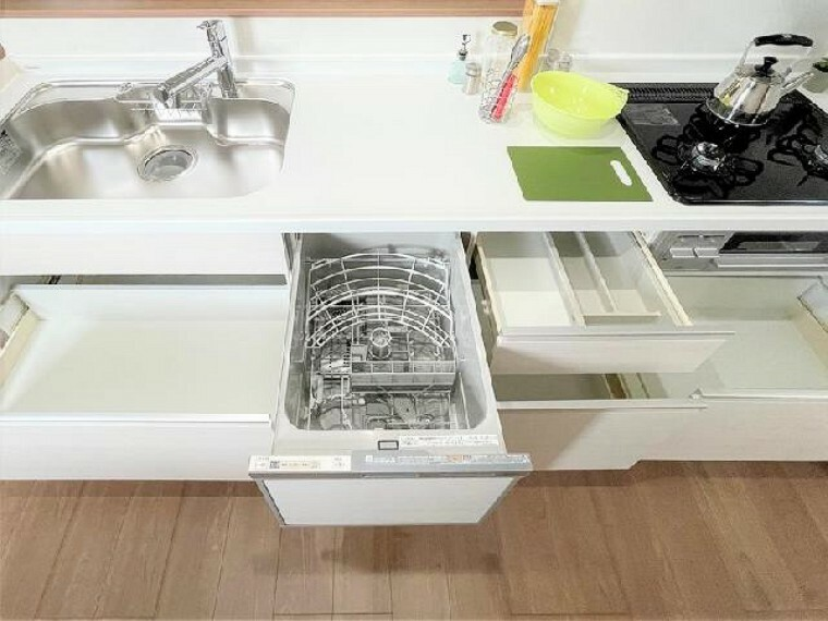 E号棟 キッチン~同仕様・同形状画像~・・・リビングが見渡せる対面式のキッチンとなっており、お子様の目を離さずにお料理に取り組むことが出来ます。また、カップボード、パントリー(食品庫)もありますので、食器や食材などの収納も楽々!
