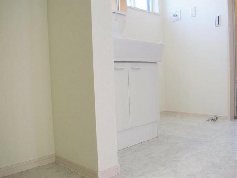 洗面室~同仕様施工例~・・・洗面台の三面鏡の裏には収納スペースがあります。洗面まわりを常にすっきりさせることができますね。