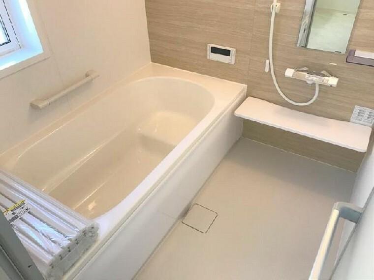 浴室~同仕様施工例~・・・ベンチタイプの浴槽は半身浴もできます!もちろん足を伸ばしてもゆったり入れますので、一日の疲れを取ることができます!