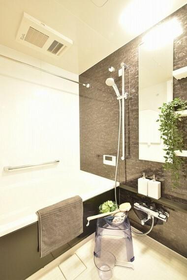 浴室 半身浴もゆっくり楽しめる広い浴槽