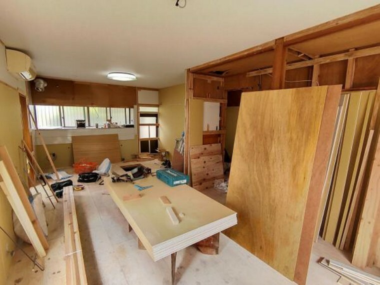 リビングダイニング 【リフォーム中】【9/28撮影】1階のリビングは、天井と壁のクロスは新品に張り替える予定です。南東側に大きな窓があるので日当たりも良好。家族団欒にぴったりな空間です。
