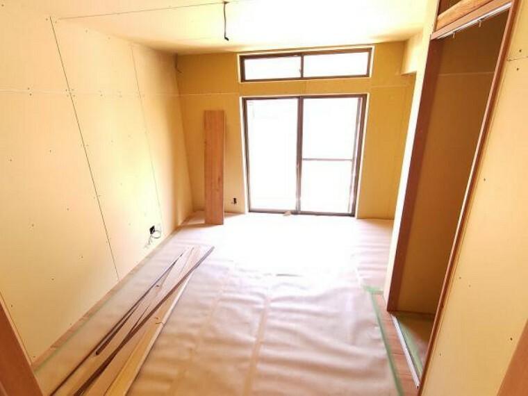 洋室 【リフォーム中】【9/28撮影】廊下に面した7帖洋室です。天井・壁のクロスを貼り替え、押し入れはクローゼットに変更する予定です。
