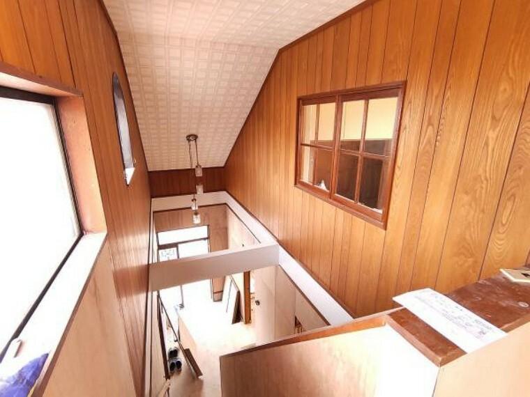 【リフォーム中】【9/28撮影】玄関入ってすぐの空間は吹抜けになっております。天井が高く、このお家自慢の空間です。