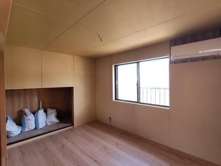 洋室 【リフォーム中】【9/28撮影】吹抜けに面している6帖洋室です。天井・壁のクロスは貼り替える予定です。