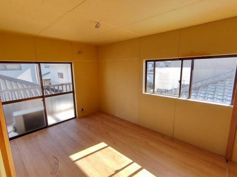 洋室 【リフォーム中】【9/28撮影】ベランダに面した6.5帖洋室です。天井・壁のクロスは貼り替え、押し入れをクローゼットにする予定です。二方向に窓があり、日当たりの良いお部屋となっております。