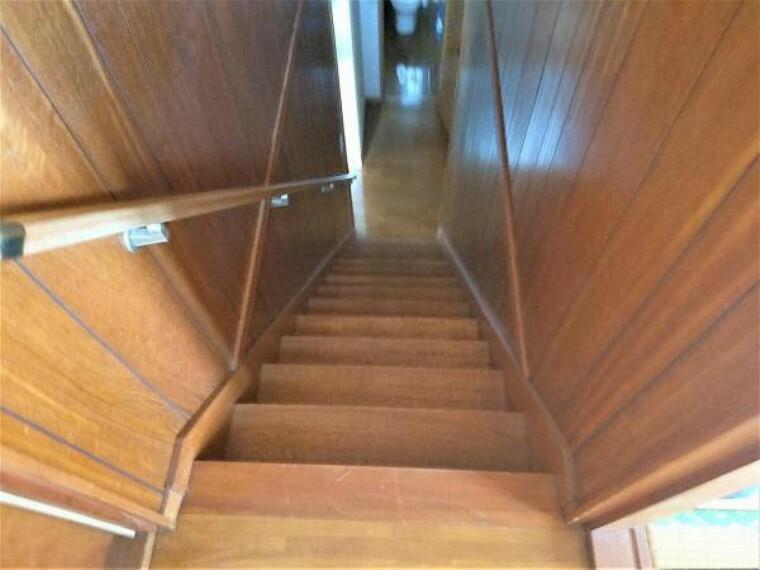 【リフォーム中】階段です。床はクッションフロアを重ね張りし、壁や天井もクロス張りを行う予定です。