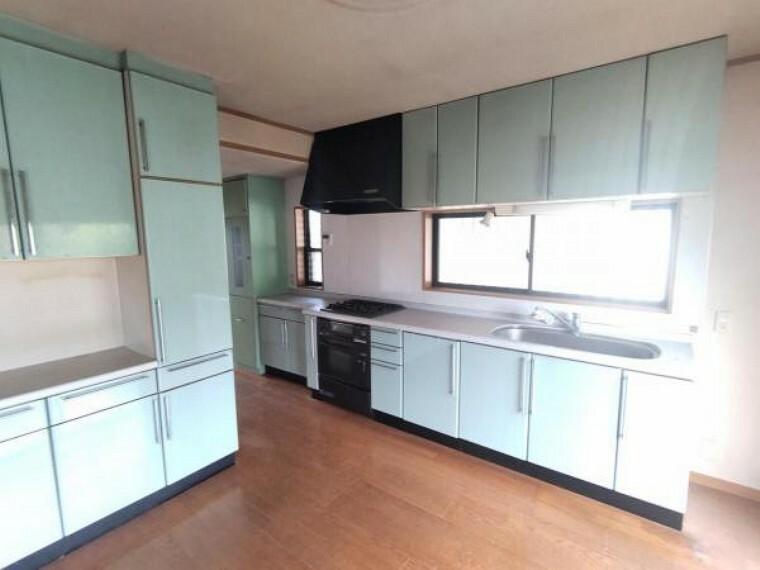 ダイニング 【リフォーム中】キッチンは幅2555cmのものに新品交換します。並んでお料理をするのにも十分な広さです。
