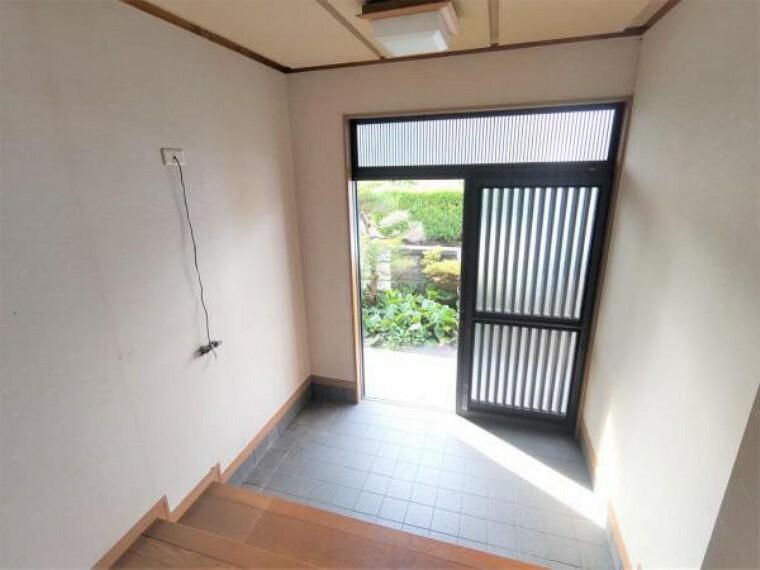 玄関 【リフォーム中】玄関写真です。室内は全室クロス張替え、照明交換などを行います。