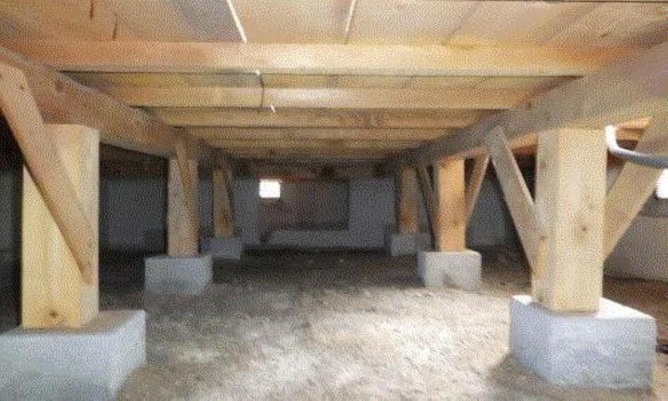 構造・工法・仕様 中古住宅の3大リスクである、雨漏り、主要構造部分の 欠陥や腐食、給排水管の漏水や故障を2年間保証します。 その前提で床下まで確認の上でリフォームし、シロアリの 被害調査と防除工事もおこないます。