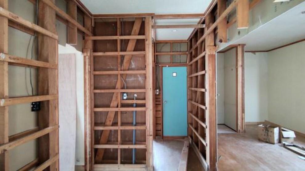 玄関 【リフォーム中】玄関はシューズボックスを新品交換します。現在解体中です。