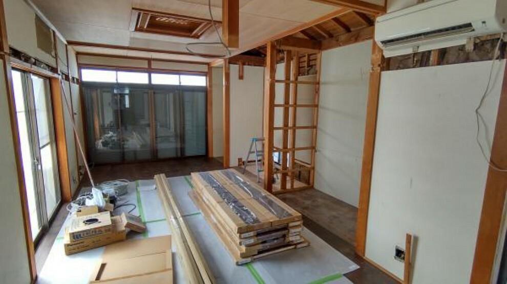 【リフォーム中】南側6帖の和室は洋室へ変更予定です。南東側から採光が入り明るいお部屋になります。