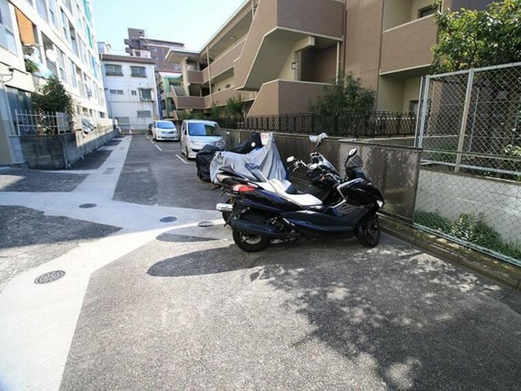 駐車場 敷地内駐車場(屋外平面式)とバイク置場