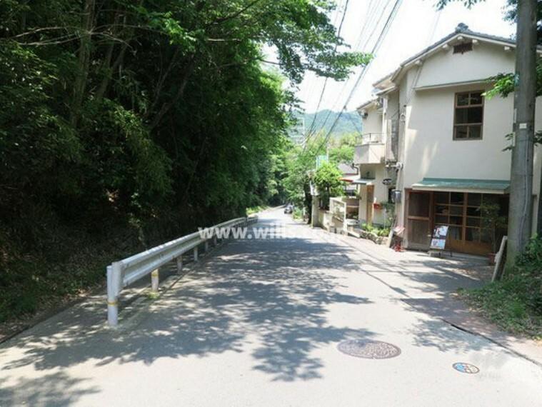 現況写真 物件の北東側前面道路(南東側から)[平成29年6月10日撮影]