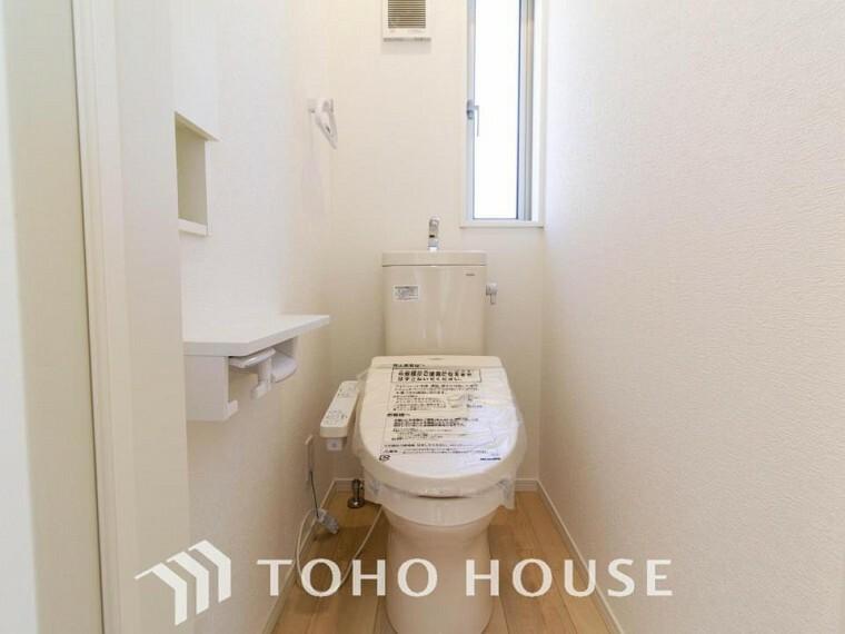 トイレ トイレはシンプルにホワイトで統一した温水洗浄付です。