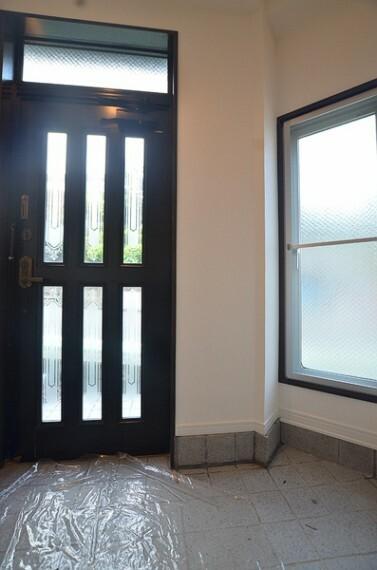 玄関 【玄関】 玄関はスペースに余裕がございますので、複数人でも難なくご利用頂けます。 採光もしっかりと確保されているので明るい玄関となっております。