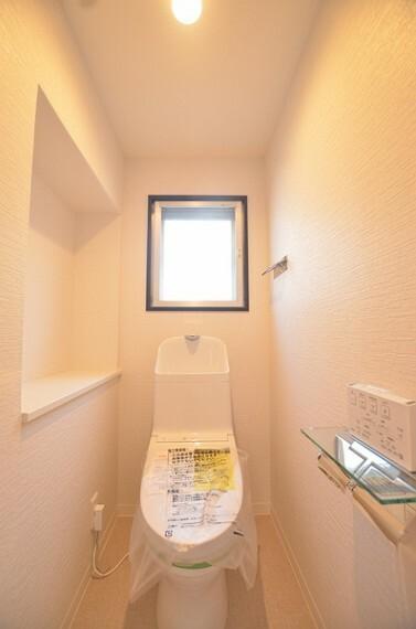 トイレ 【トイレ】 白をメインとしたシンプルで落ち着いたデザインのトイレです。 小窓からの採光も確保されており、トイレ用品を置くスペースも十分にございます。