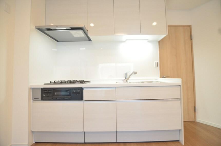 キッチン 【キッチン】 ホワイトベースのシンプルなデザインのキッチンとなっております。 収納も充実しておりますので、様々な調理器具を効率的に収納可能です。