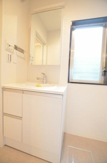 洗面化粧台 【洗面化粧台】 シンプルかつ使い勝手の良いサイズ感の洗面化粧台です。 収納もしっかりとございますので、日用品のストックもスッキリとしまえます。