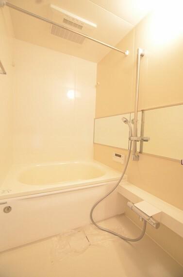 浴室 【バス】 暖か味のある配色のバスルームは日々の疲れを癒してくれる心地良い空間となっております。 新規交換済みなので大変綺麗な状態です。