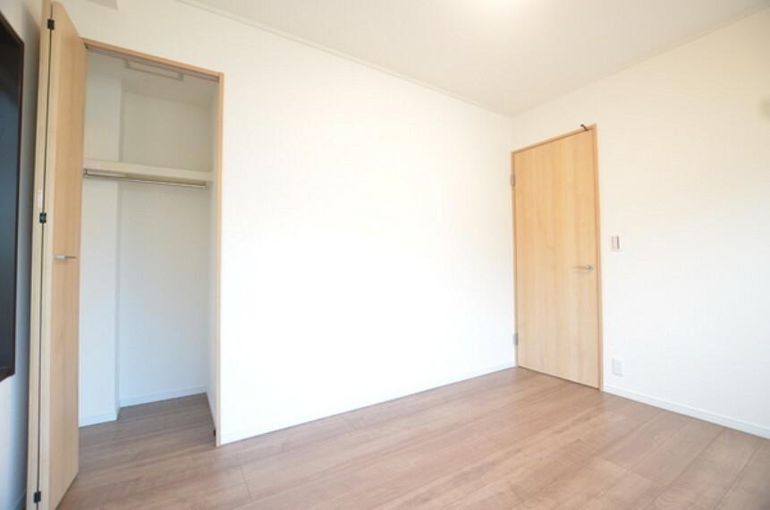 洋室 【洋室1】約6帖 収納もしっかりとございますので、お部屋全体をスッキリ効率的にお使い頂けます。 主寝室としてはいかがでしょうか。