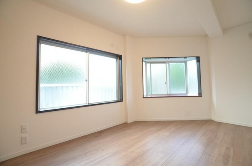 洋室 【洋室2】約6帖 採光面が大きく、出窓もございますので明るい空間となっております。 リフォームがしっかりとなされているので大変綺麗な状態です。 詳細は(株)ゲットハウスまで。