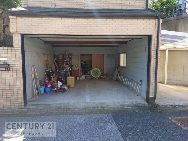 駐車場 2台駐車可能な電動シャッター付の車庫