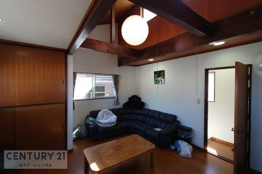 洋室 勾配天井で天井も高く、3面に窓があるので開放感があります。趣味や作業場などプライベートルームに最適です。