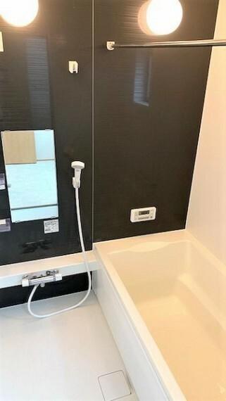浴室 シックな色合いのオシャレなバスルーム