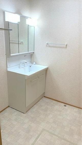 洗面化粧台 室内洗濯機置場付き広めの洗面室