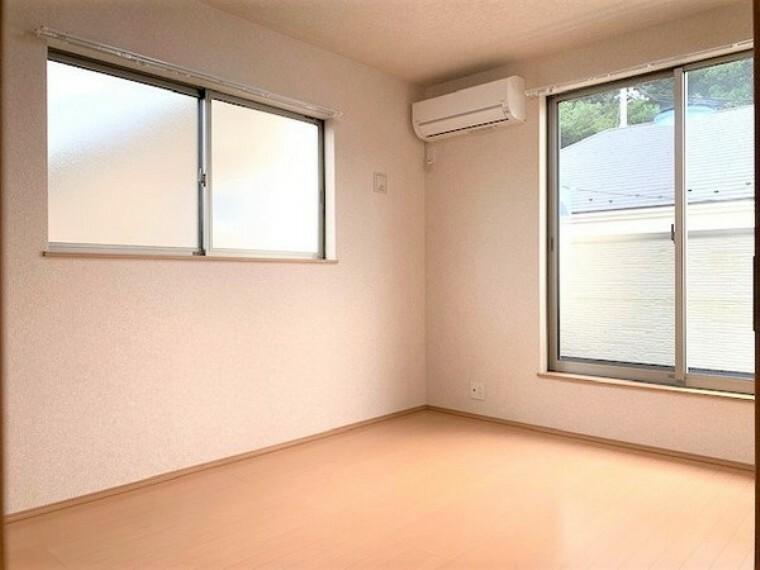 洋室 2F洋室6.0帖(南側)明るいお部屋です