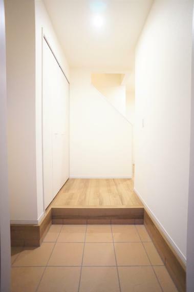 玄関 広々として開放感があります