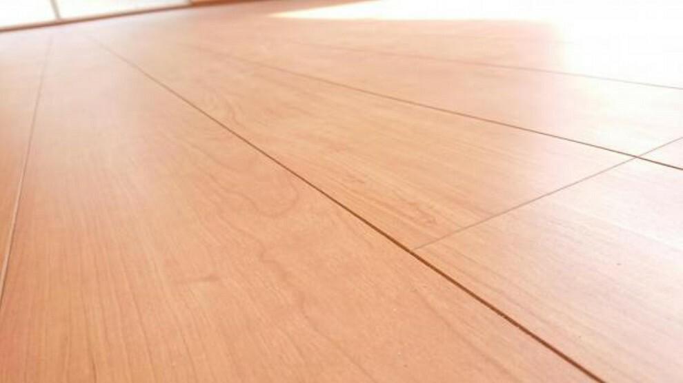 【同仕様写真】使用する床材は永大産業社製。傷に強く、表面の特殊加工により、頑固な汚れも拭取りやすくお掃除楽々。汚れの付着しにくい仕上げでワックスは不要です。