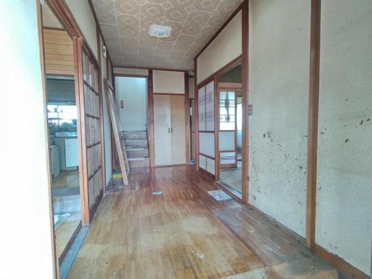 玄関 【リフォーム前写真】玄関ホール写真。廊下が広く開放感がありますね。フローリング上張り、クロス張替、照明交換をします。