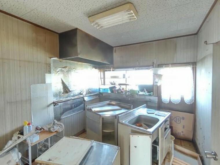 キッチン 【リフォーム前写真】キッチンは新品システムキッチンに変更。フローリング上張り、照明交換、クロス張替をします。