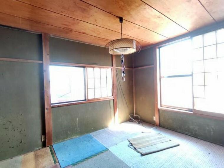 【リフォーム前写真】2階東側和室は洋室に犯行予定。2面窓で明るく風通しの良いお部屋です。フローリング張替、照明交換、クロス張替を行います。
